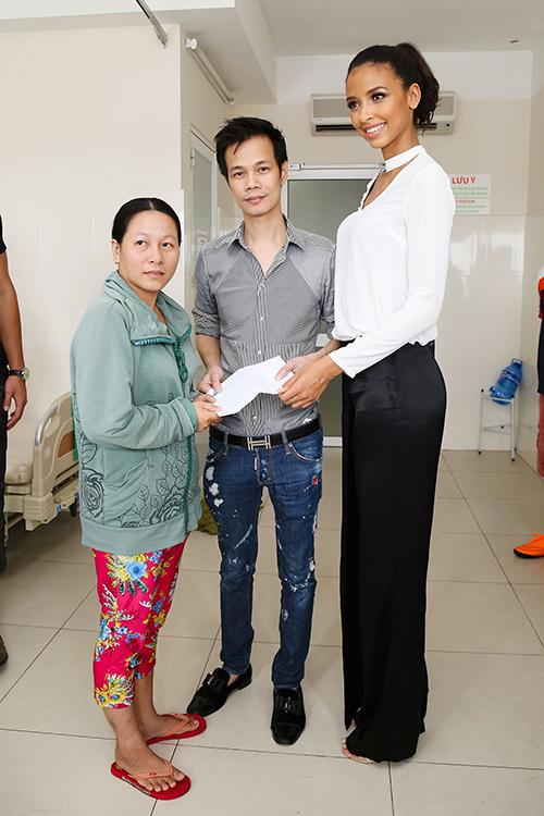 thu phuong va hoa hau phap tang tien cho benh nhan mo tim - 18
