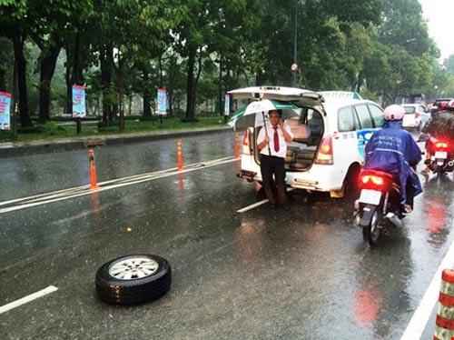 taxi rot banh khi cho 7 nguoi den san bay tan son nhat - 1