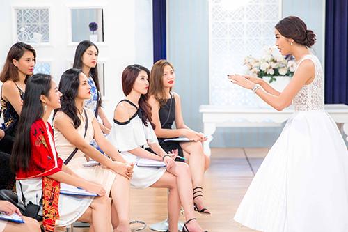thuy van huan luyen thi sinh hoa khoi ao dai ung xu truoc chung ket - 7