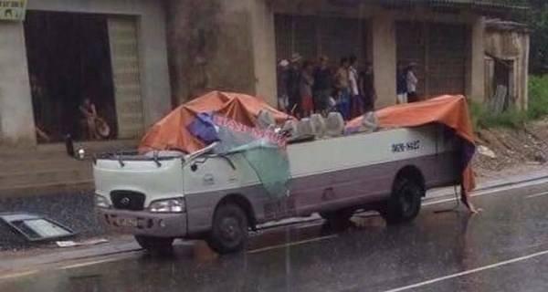"anh: can canh xe khach bi ""thoi"" bay noc tai thanh hoa - 2"
