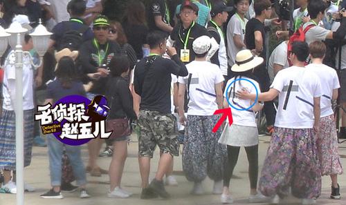 showbiz 24/7: bat gap chong chuong tu di di choi cung gai la - 6