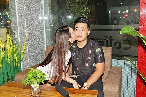 "cao my kim lien tuc hon ban trai ""phi cong"" truoc mat me - 7"