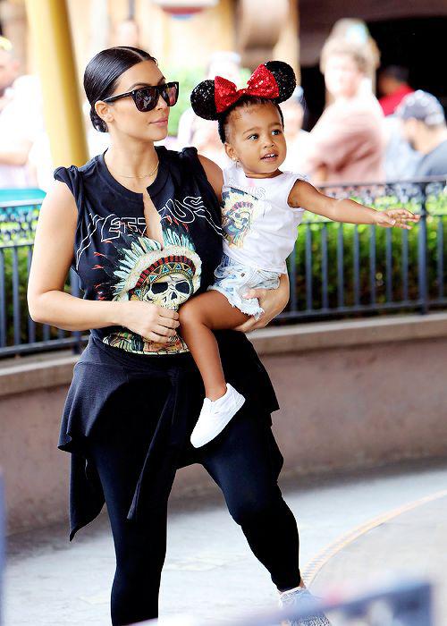 Thời trang sành điệu của con gái Kim Kardashian-16