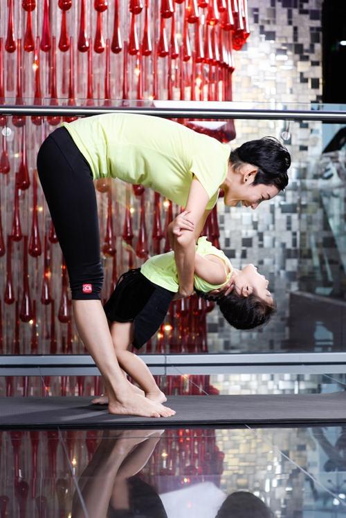 con gai xuan lan cuc dang yeu khi tap yoga cung me - 3