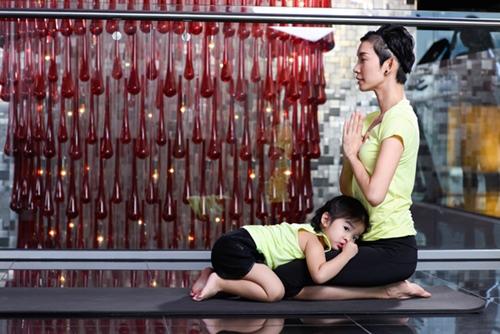 con gai xuan lan cuc dang yeu khi tap yoga cung me - 7
