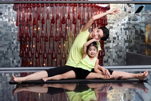 con gai xuan lan cuc dang yeu khi tap yoga cung me - 9