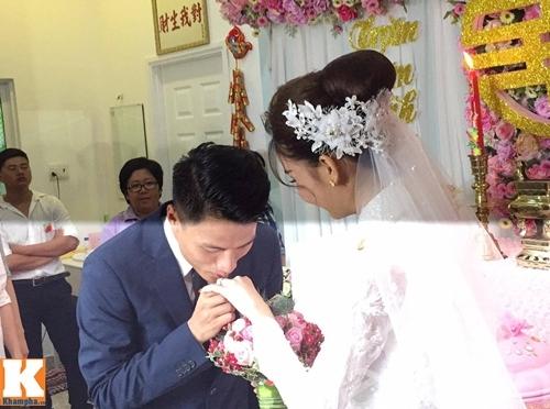 mac hong quan - ky han hon nhau say dam trong le an hoi - 7