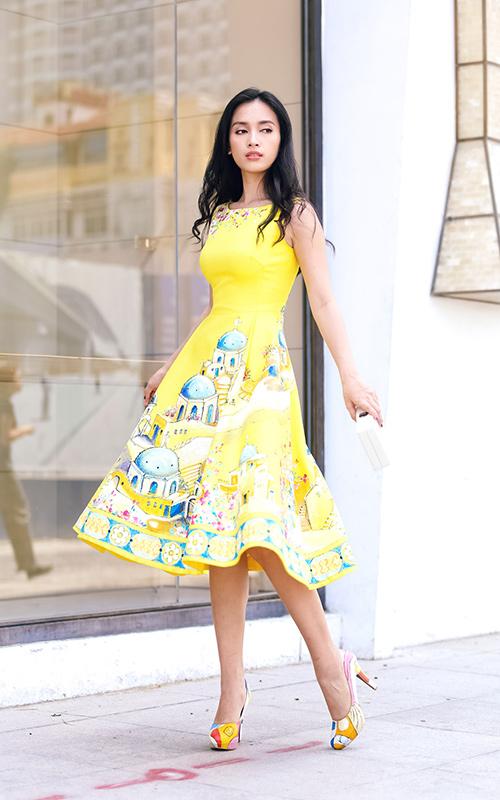 Ái Phương, Hoàng Oanh dạo phố với thời trang vẽ tay-5