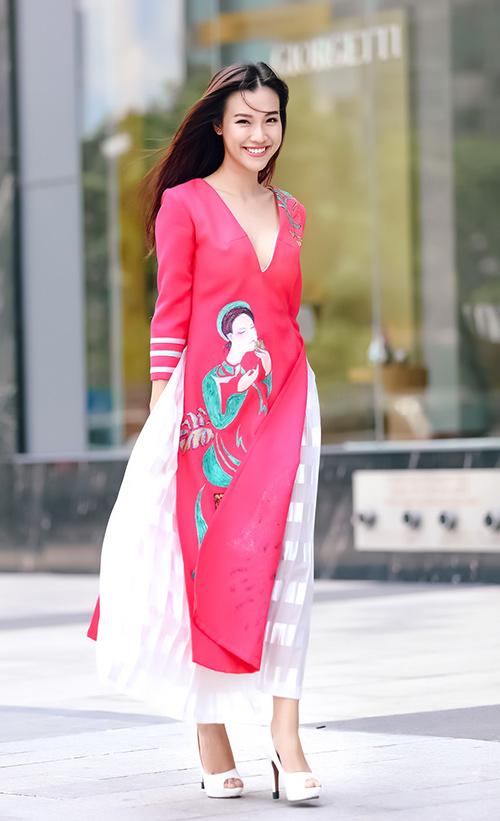Ái Phương, Hoàng Oanh dạo phố với thời trang vẽ tay-2