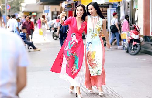 Ái Phương, Hoàng Oanh dạo phố với thời trang vẽ tay-1