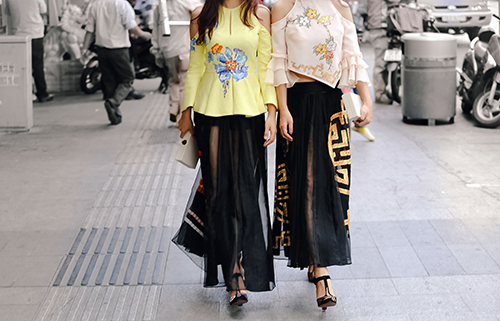 Ái Phương, Hoàng Oanh dạo phố với thời trang vẽ tay-10