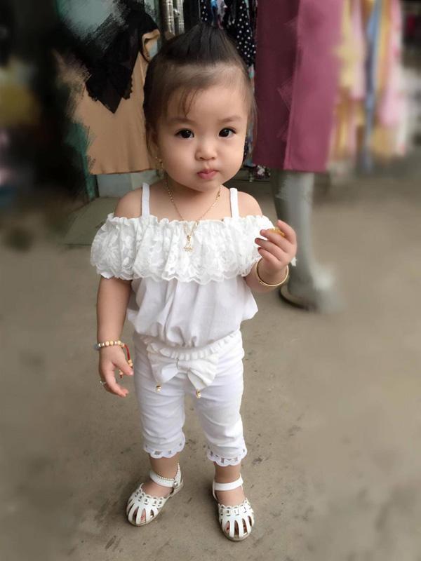 Bé gái Tuyên Quang 16 tháng tuổi cứ ra phố là mọi người trầm trồ-8