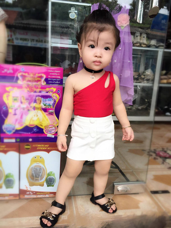 Bé gái Tuyên Quang 16 tháng tuổi cứ ra phố là mọi người trầm trồ-9