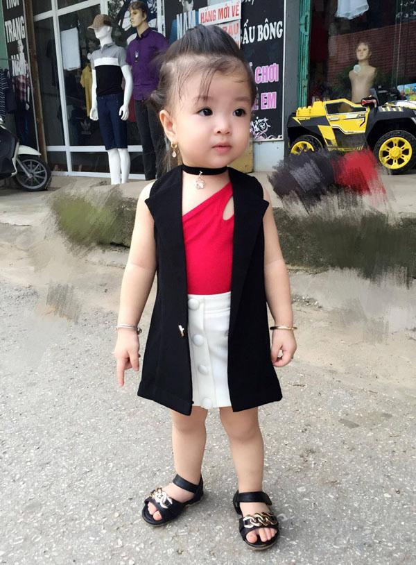 Bé gái Tuyên Quang 16 tháng tuổi cứ ra phố là mọi người trầm trồ-13