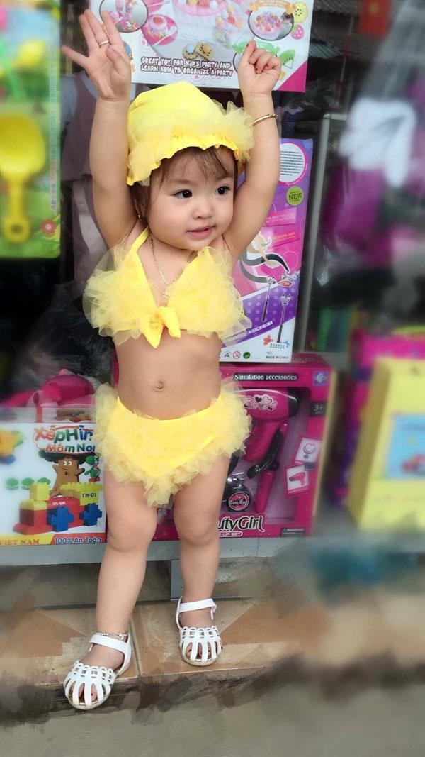 Bé gái Tuyên Quang 16 tháng tuổi cứ ra phố là mọi người trầm trồ-12
