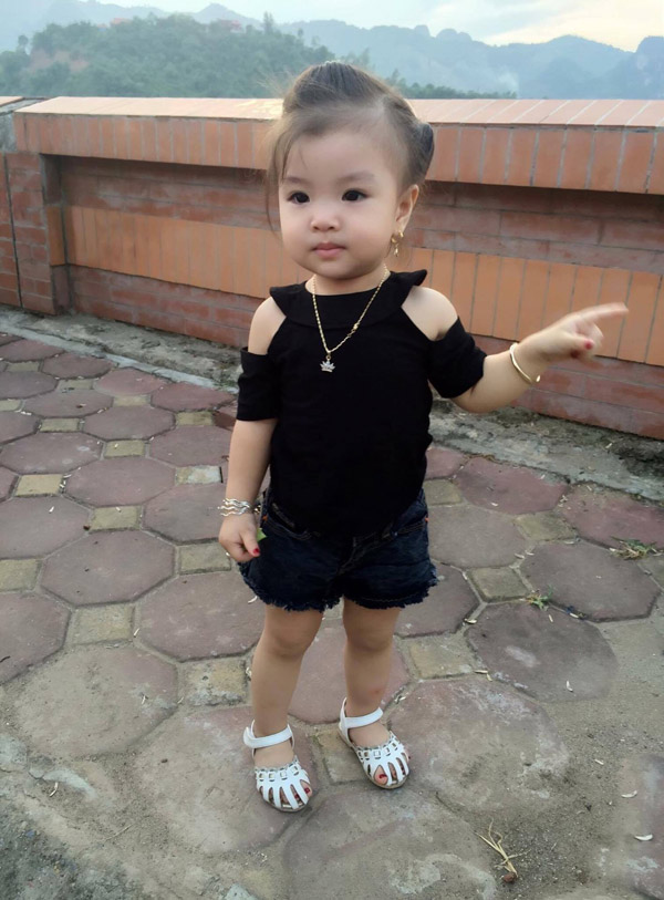 Bé gái Tuyên Quang 16 tháng tuổi cứ ra phố là mọi người trầm trồ-11