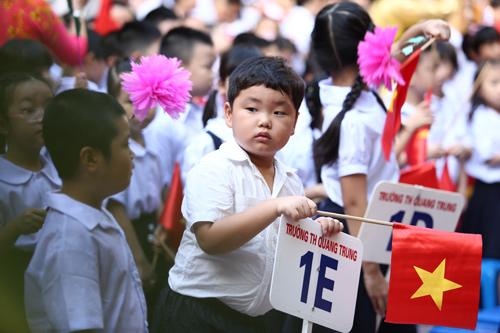 Dù có tuyển sinh online, phụ huynh vẫn đến trường nộp hồ sơ cho chắc ăn-3