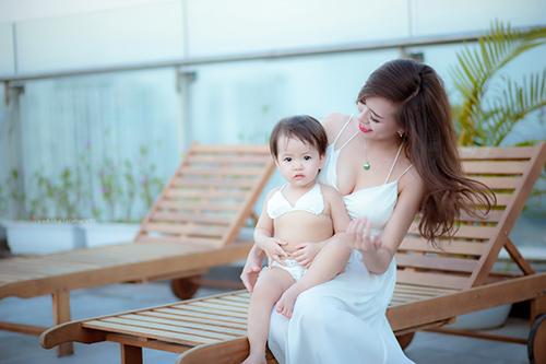 Hotgirl 9x diện bikini đôi cùng con gái, khoe eo 60cm bé xíu-13