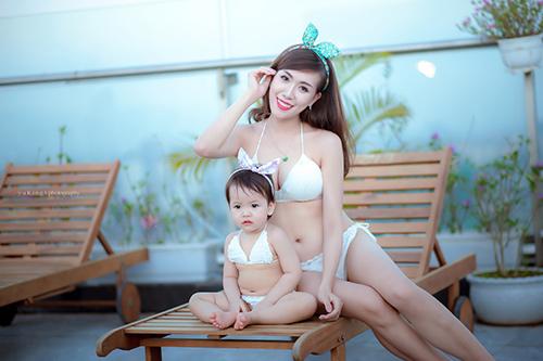 Hotgirl 9x diện bikini đôi cùng con gái, khoe eo 60cm bé xíu-2