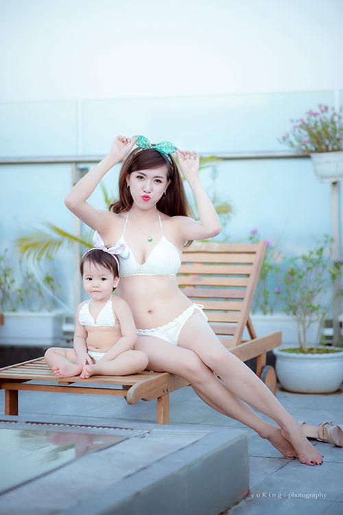 Hotgirl 9x diện bikini đôi cùng con gái, khoe eo 60cm bé xíu-5