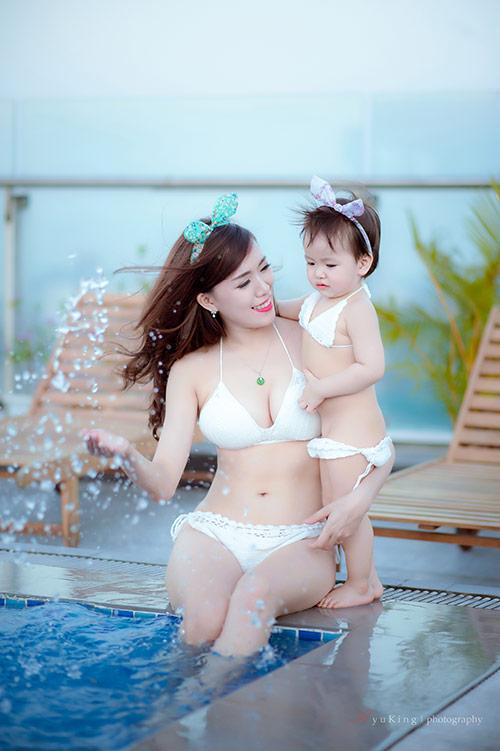 Hotgirl 9x diện bikini đôi cùng con gái, khoe eo 60cm bé xíu-4