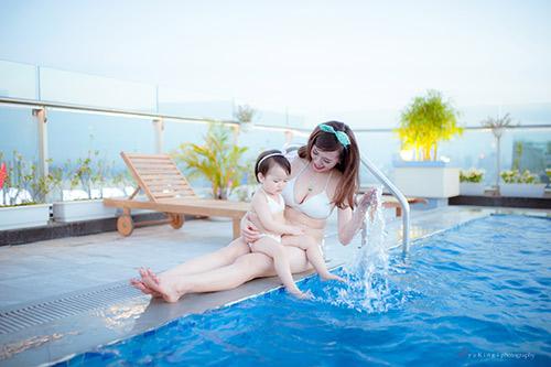 hotgirl 9x dien bikini doi cung con gai, khoe eo 60cm be xiu - 7