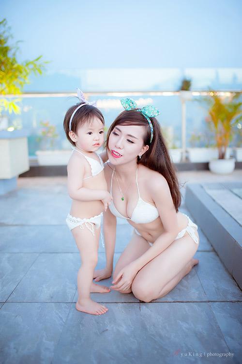 Hotgirl 9x diện bikini đôi cùng con gái, khoe eo 60cm bé xíu-1