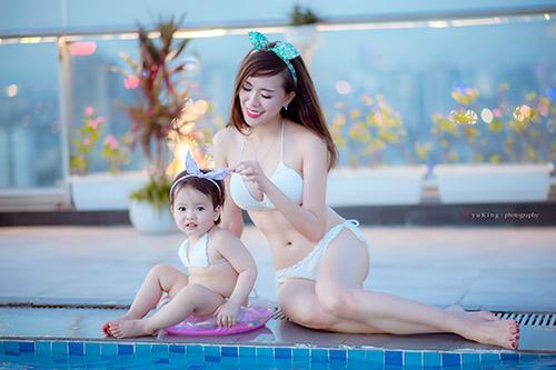 Hotgirl 9x diện bikini đôi cùng con gái, khoe eo 60cm bé xíu-10
