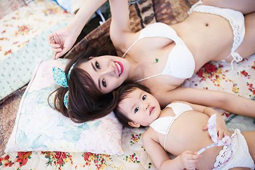 hotgirl 9x dien bikini doi cung con gai, khoe eo 60cm be xiu - 11