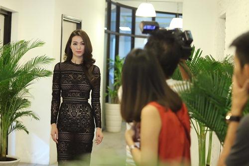 Khánh My mặc siêu gợi cảm đi ghi hình gameshow hài-10