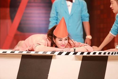 Khánh My mặc siêu gợi cảm đi ghi hình gameshow hài-19