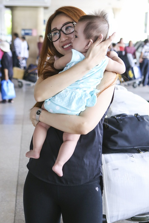 Lều Phương Anh bất ngờ khi được con gái ra đón sau chuyến lưu diễn-10