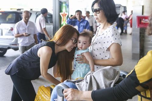Lều Phương Anh bất ngờ khi được con gái ra đón sau chuyến lưu diễn-11