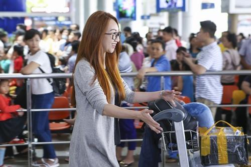 Lều Phương Anh bất ngờ khi được con gái ra đón sau chuyến lưu diễn-4