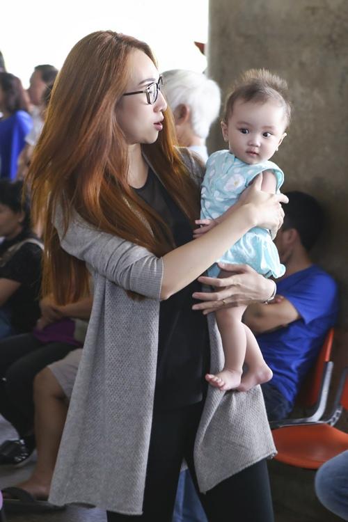 Lều Phương Anh bất ngờ khi được con gái ra đón sau chuyến lưu diễn-6