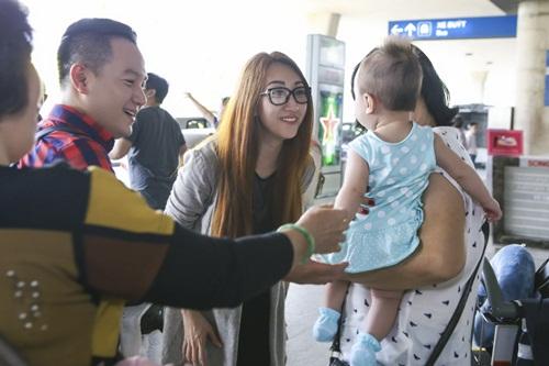 Lều Phương Anh bất ngờ khi được con gái ra đón sau chuyến lưu diễn-8