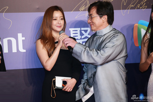 """Người đẹp """"Thần thoại"""" Kim Hee Sun lộ vai u thịt bắp-4"""