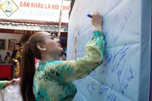 Phi Nhung, Phan Hiển - Khánh Thi giản dị đến dự đám giỗ NSND Phùng Há-11
