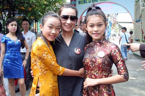 Phi Nhung, Phan Hiển - Khánh Thi giản dị đến dự đám giỗ NSND Phùng Há-1
