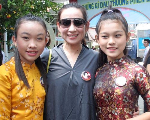 Phi Nhung, Phan Hiển - Khánh Thi giản dị đến dự đám giỗ NSND Phùng Há-2