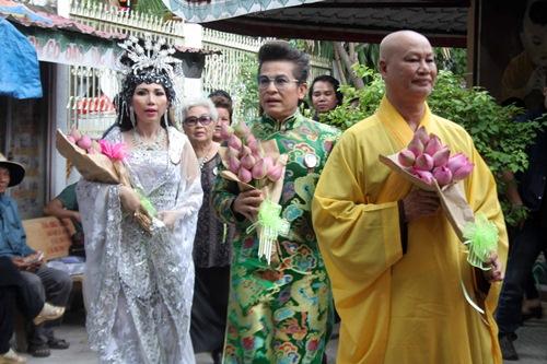 Phi Nhung, Phan Hiển - Khánh Thi giản dị đến dự đám giỗ NSND Phùng Há-6