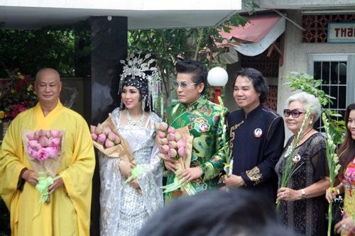 Phi Nhung, Phan Hiển - Khánh Thi giản dị đến dự đám giỗ NSND Phùng Há-5
