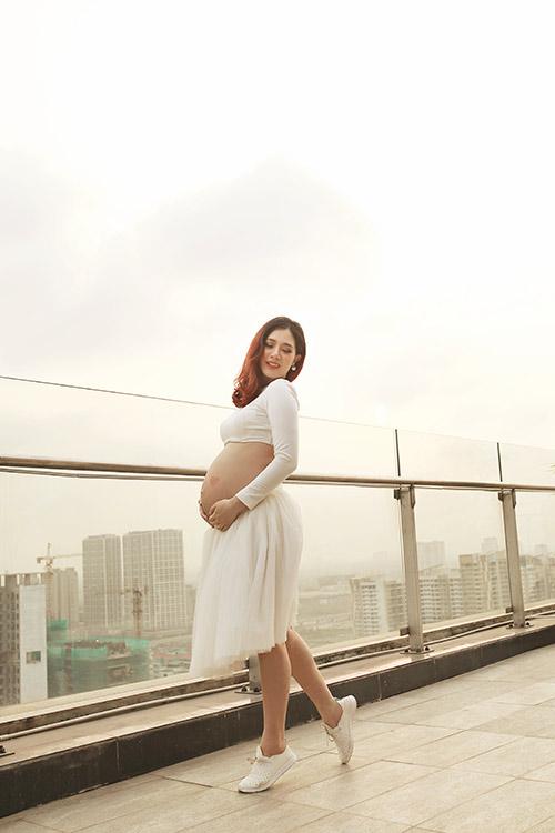 Á khôi Hà Min bầu 9 tháng được chồng chiều hết mực-13