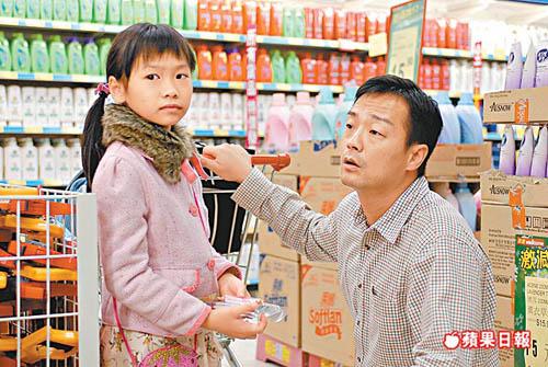 4 ông bố khéo chăm con chẳng thua các mẹ trong phim TVB-6