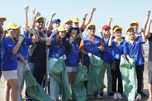 Thu Minh giản dị dọn rác ở bãi biển Sầm Sơn-1