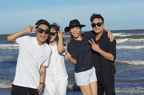 Thu Minh giản dị dọn rác ở bãi biển Sầm Sơn-2