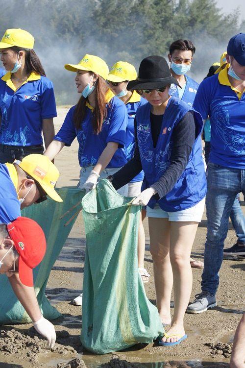 Thu Minh giản dị dọn rác ở bãi biển Sầm Sơn-3