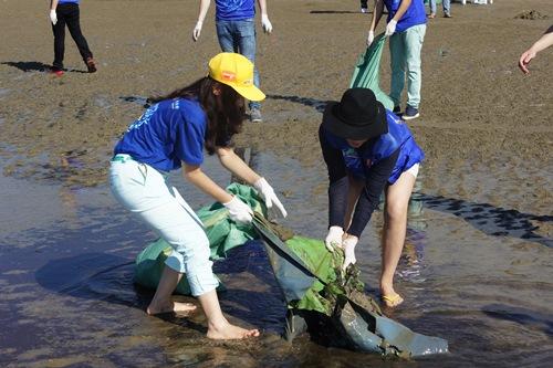 Thu Minh giản dị dọn rác ở bãi biển Sầm Sơn-4