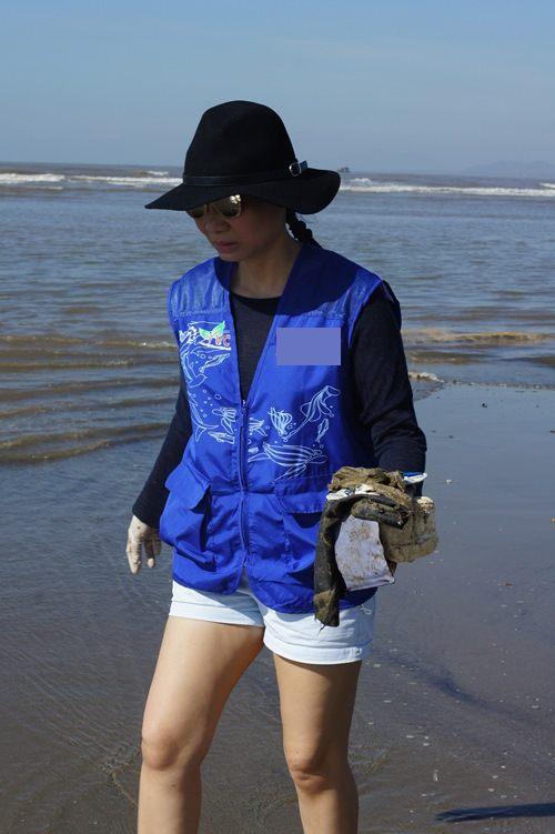 Thu Minh giản dị dọn rác ở bãi biển Sầm Sơn-5