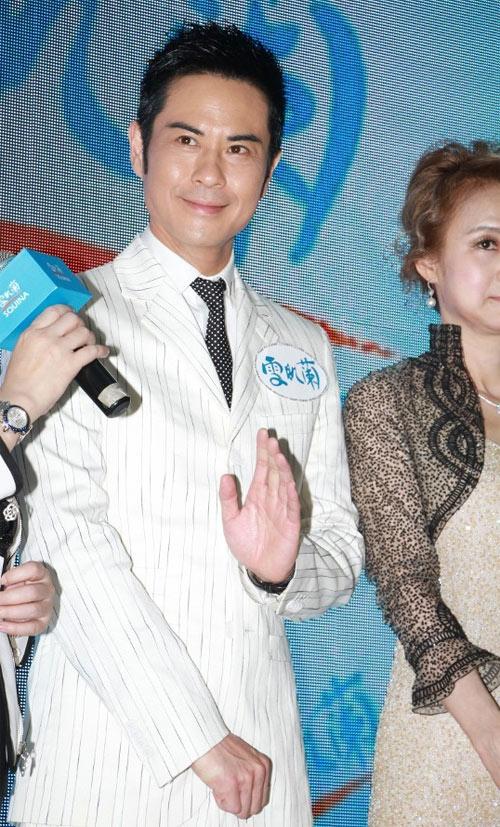 showbiz 24/7: trinh gia dinh phu nhan bom mat xoa nep nhan - 1